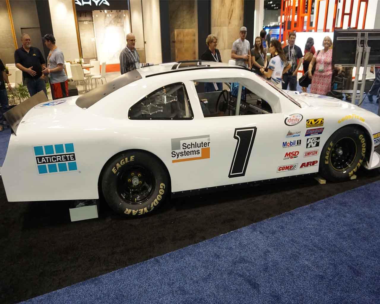 Daytona ist nicht weit : hier das passende NASCAR-Auto auf der COVERINGS-Messe