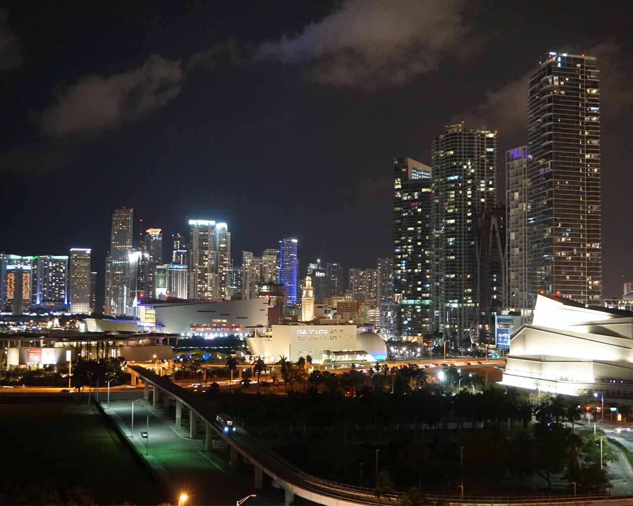 Miami Downtown am Abend (Blick von der Biscayne Bay)