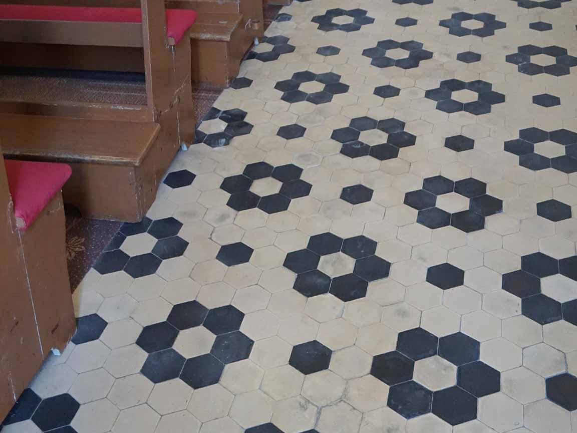 Alte Hexagon-Bodenfliesen in der St. Peter-Kirche am Tartinijev-Platz in Piran / Slowenien