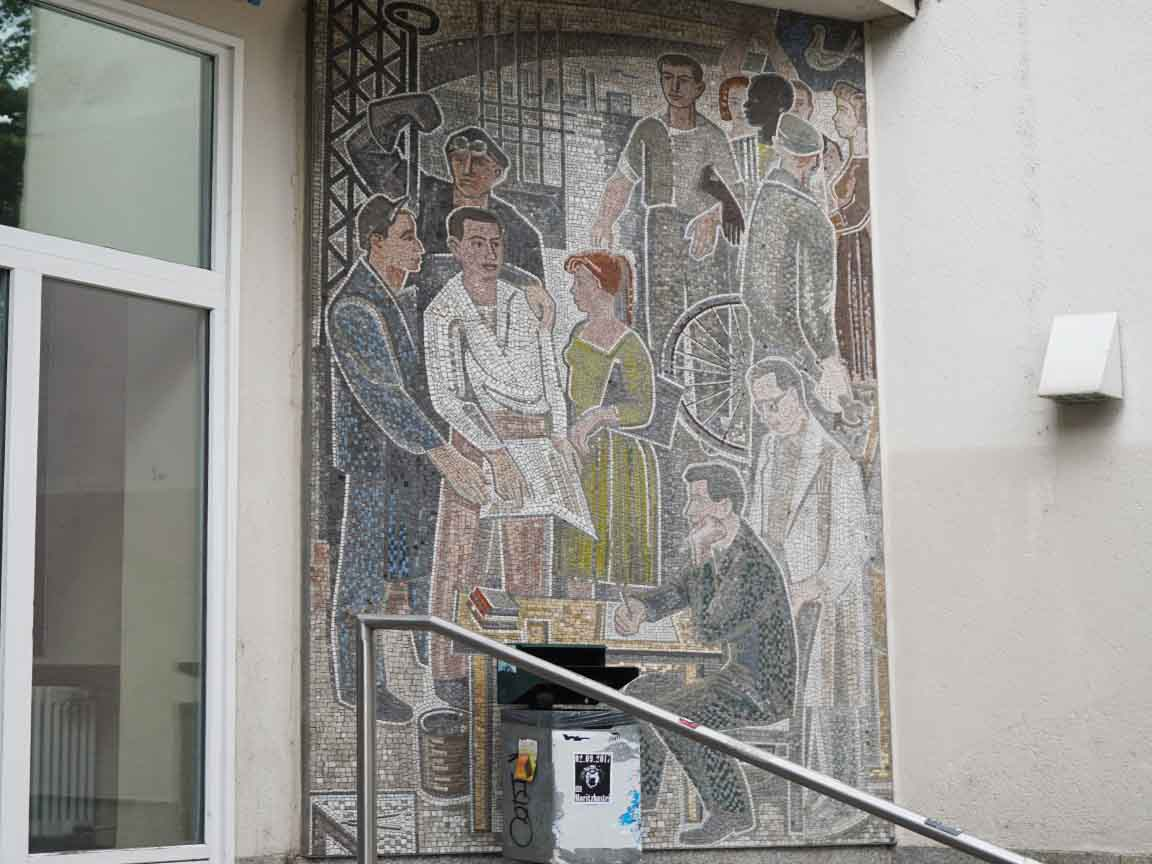 DDR-Wandmosaik am Eingang der Hochschule für Technik, Wirtschaft und Kultur in Leipzig / Sachsen