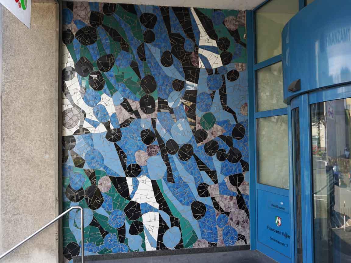 blaues Fliesen-Mosaik von Oskar Sommer im Eingang in der Schürmannstraße 7 in Hagen / Nordrhein-Westfalen (Finanzamt Hagen)