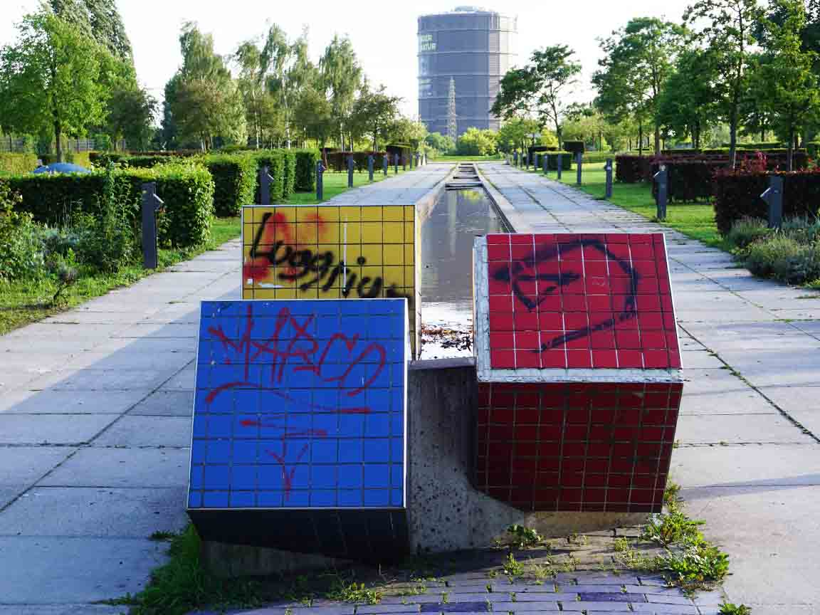 Würfel mit Fliesen beklebt, gefunden im Olgapark in Oberhausen / NRW