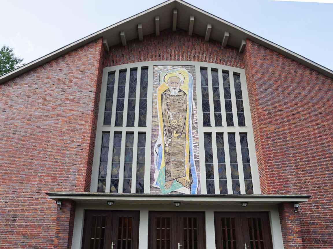 """Fliesenmosaik """"Der Heilige Konrad""""an der Fassade der Kirche St,. Konrad in Hagen /NRW"""