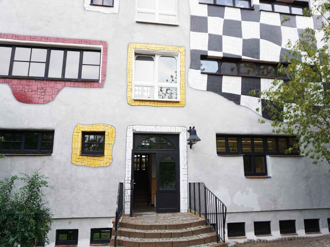 Hundertwasser-Schule in der Lutherstadt Wittenberg in Sachsen-Anhalt : Gestaltung mit Bruchfliesen