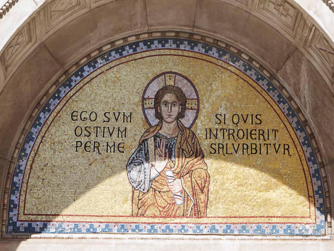 Mosaik im byzantinischen Stil an dem Kircheneingang in der Eufrazijeva Straße in Porec in Kroatien