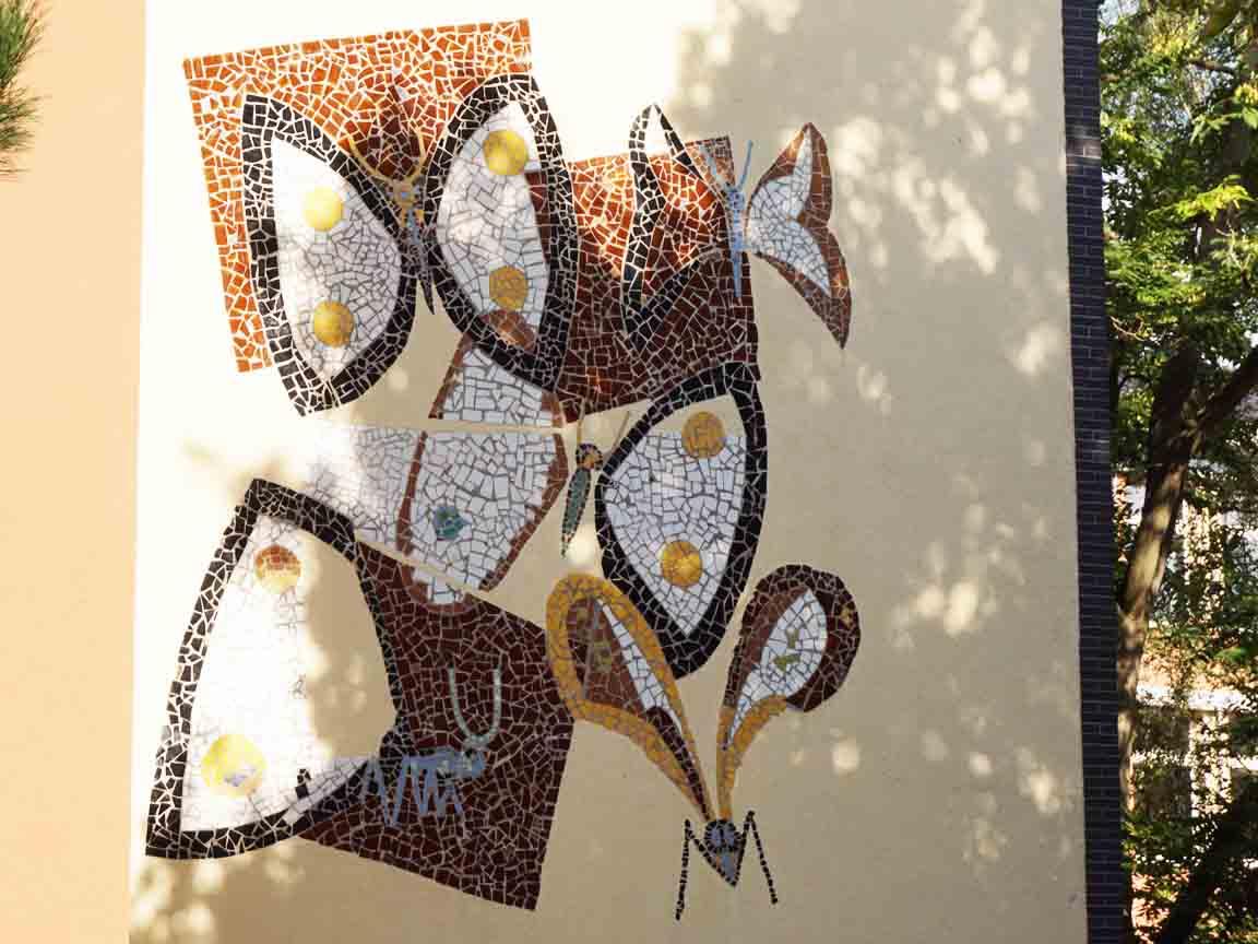 Schmetterlinge aus Mosaik-Fliesen von Emil Schumacher an einer Hauswand in Hagen / NRW (Realschule Haspe)