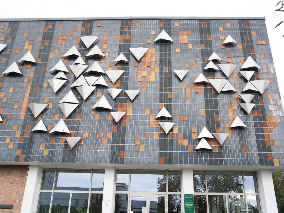 DDR-Kunst aus Keramik und Metall von den Künstlern Bernd Göbel und Peter Michael an der Fassade der Universität (Fachrichtung Pharmazie) in Halle/Saale (Sachsen-Anhalt)