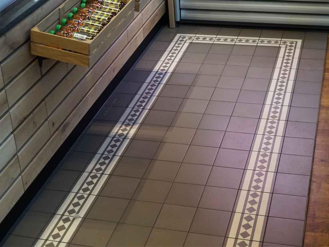 schlichter Zementfliesen-Boden in einem Café in der Innenstadt von Leipzig / Sachsen