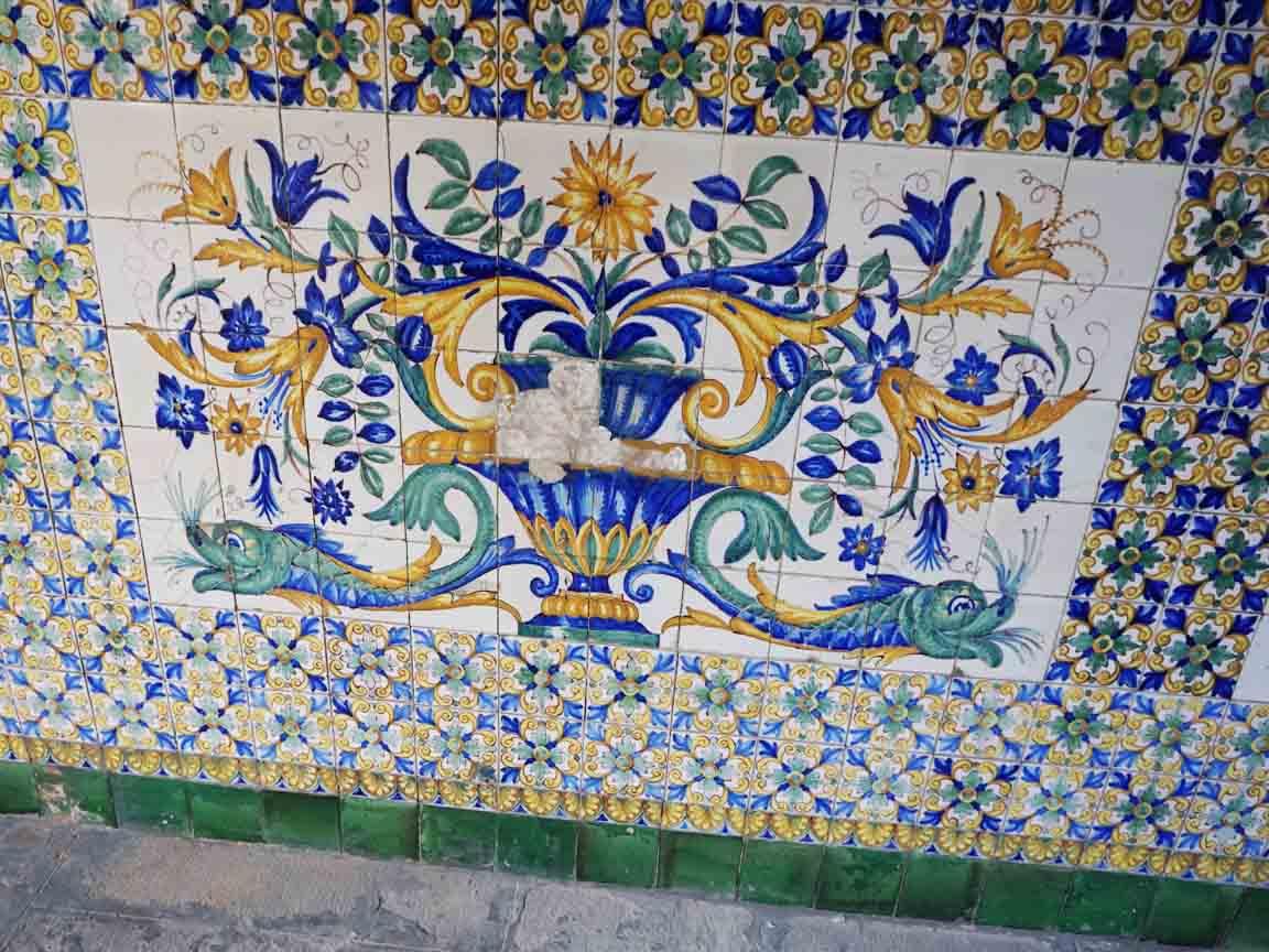 Wandfliesen im Innenhof Casa de l`Ardiaca in der Altstadt von Barcelona/Spanien
