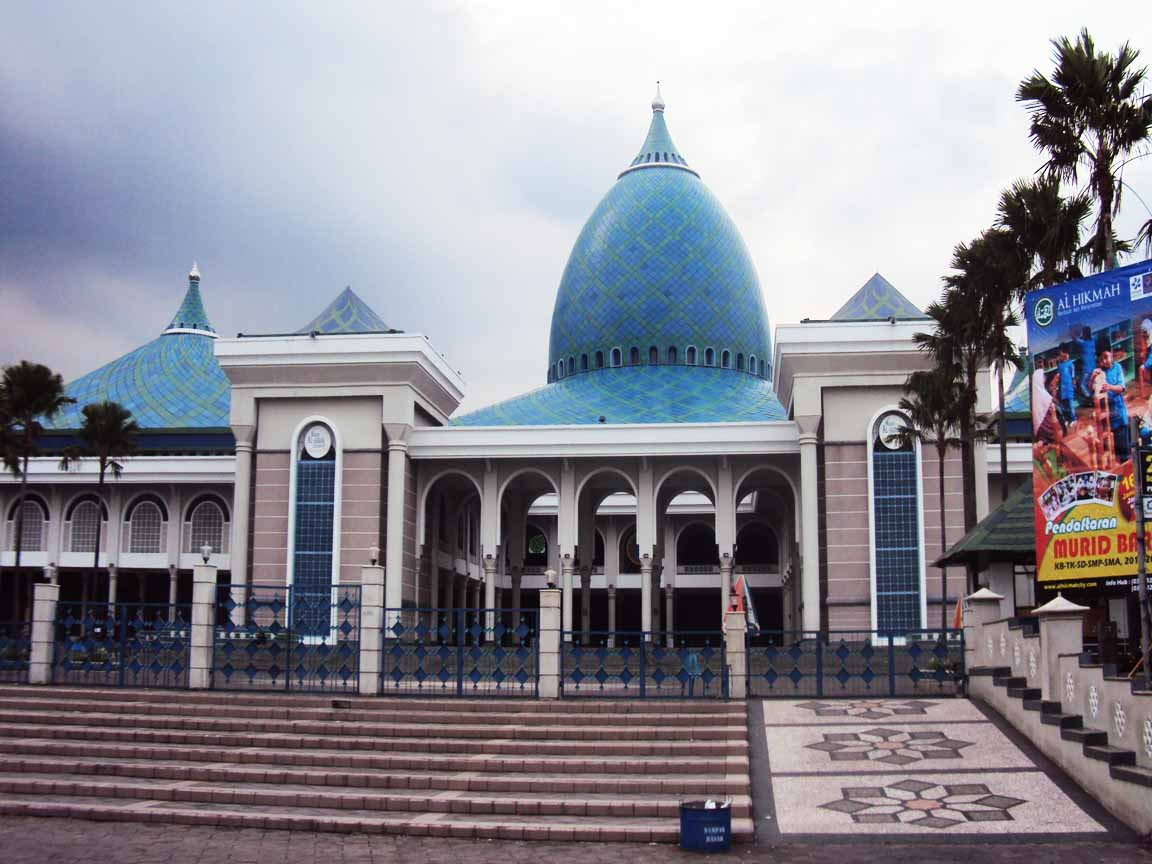 Die Al Akbar Moscheen in Surabaya /Indonesien mit ihrer besonderen Dachkonstruktion, die mit blauen Keramikplatten belegt ist