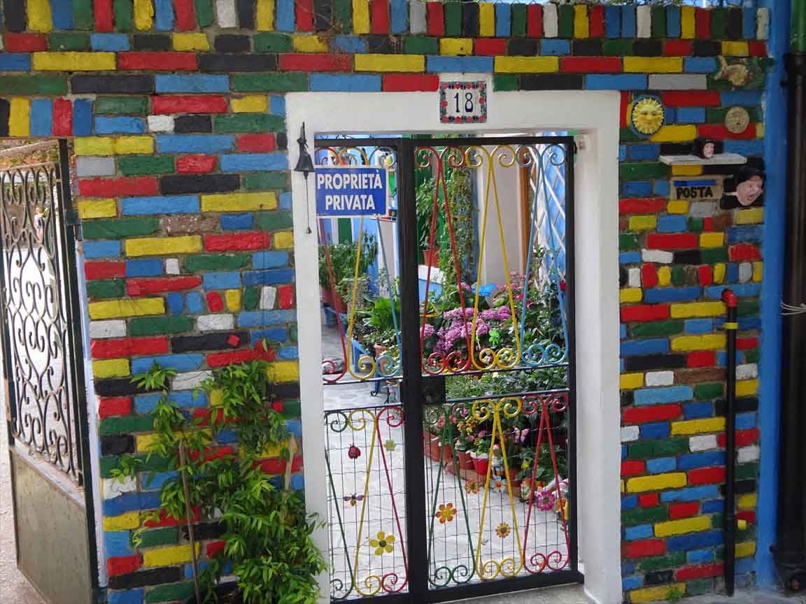 Farbig glasierte Klinkerwand in Burano / Italien