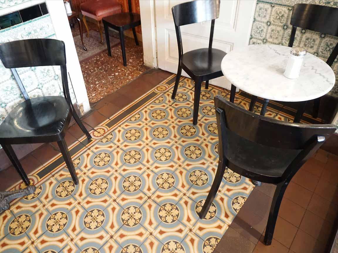 Alte Belle Epoque Fliesen in dem Cafe Fleischerei in Leipzig