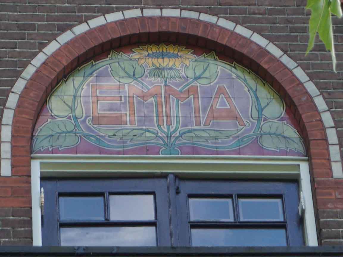 Fliesenbild auf einer Fassade in der Emmastraat in Zwolle / Niederlande