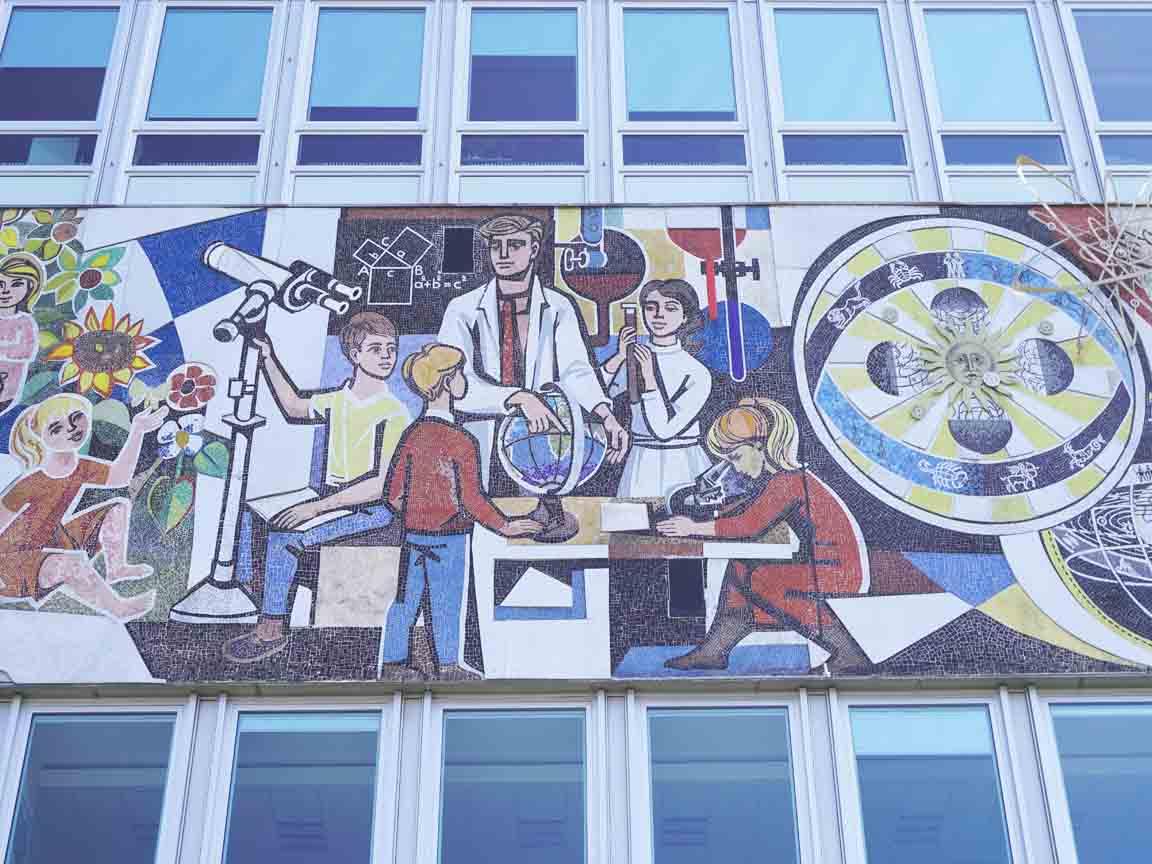 "DDR-Mosaikbild ""Unser Leben"" von Walter Womacka an der Fassade am Haus des Lehrers am Alexanderplatz in Berlin"