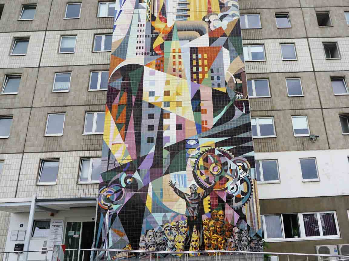 """DDR-Fliesen-Wandbild """"Die von Menschen beherrschten Kräfte von Natur und Technik"""" von Jose Renau an der Außenfassade der Stadtverwaltung von Halle/Neustadt"""