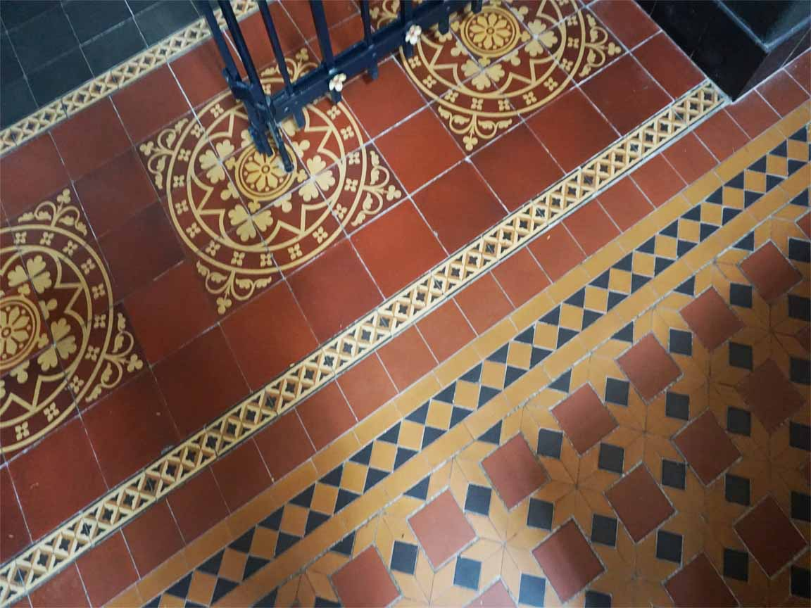 Alte Zementfliesen in der Sint Lambertus - Kirche in Hengelo / Niederlande
