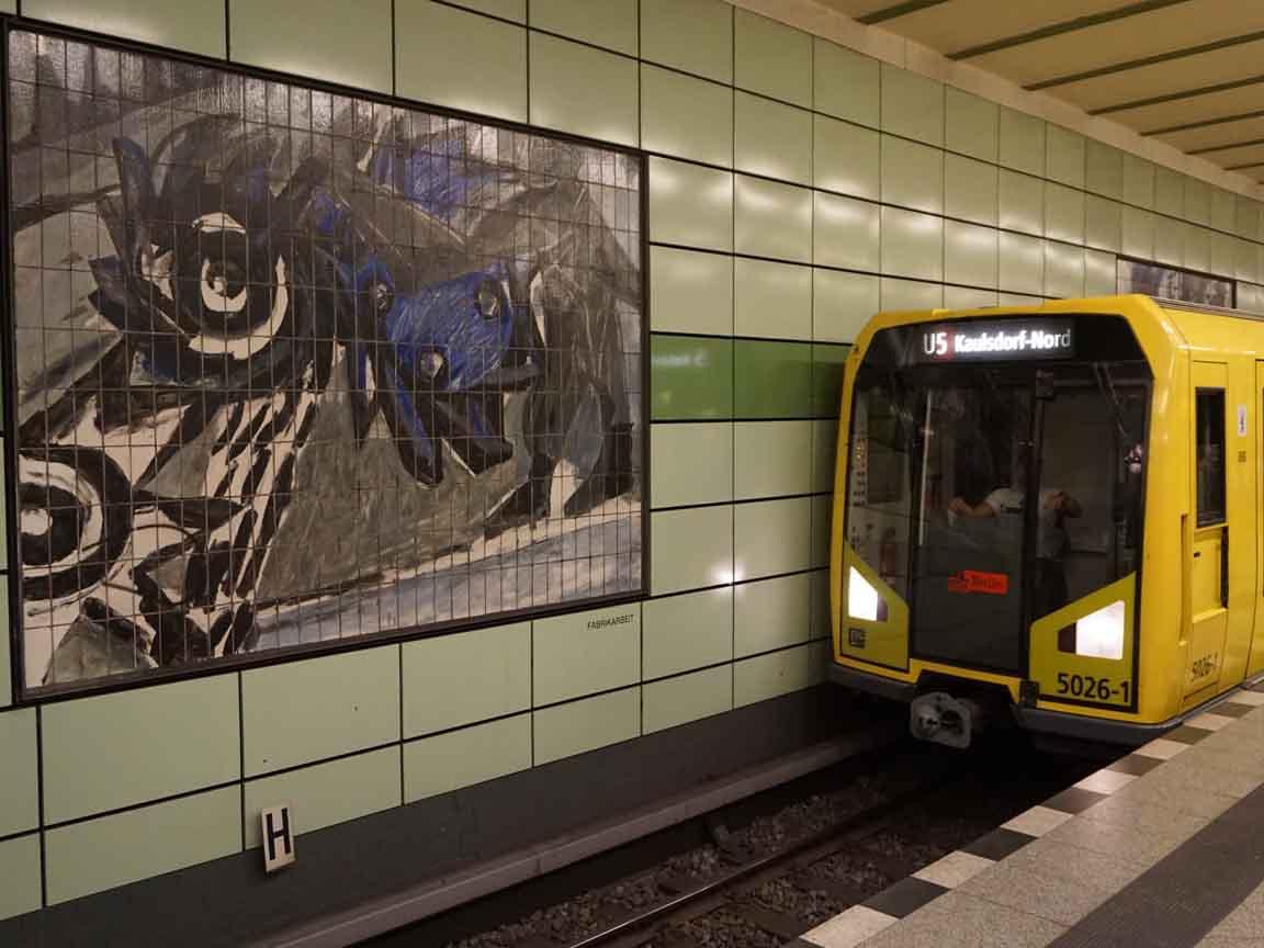 DDR-Fliesenbilder in der U-Bahnstation Magdalenenstraße in Berlin