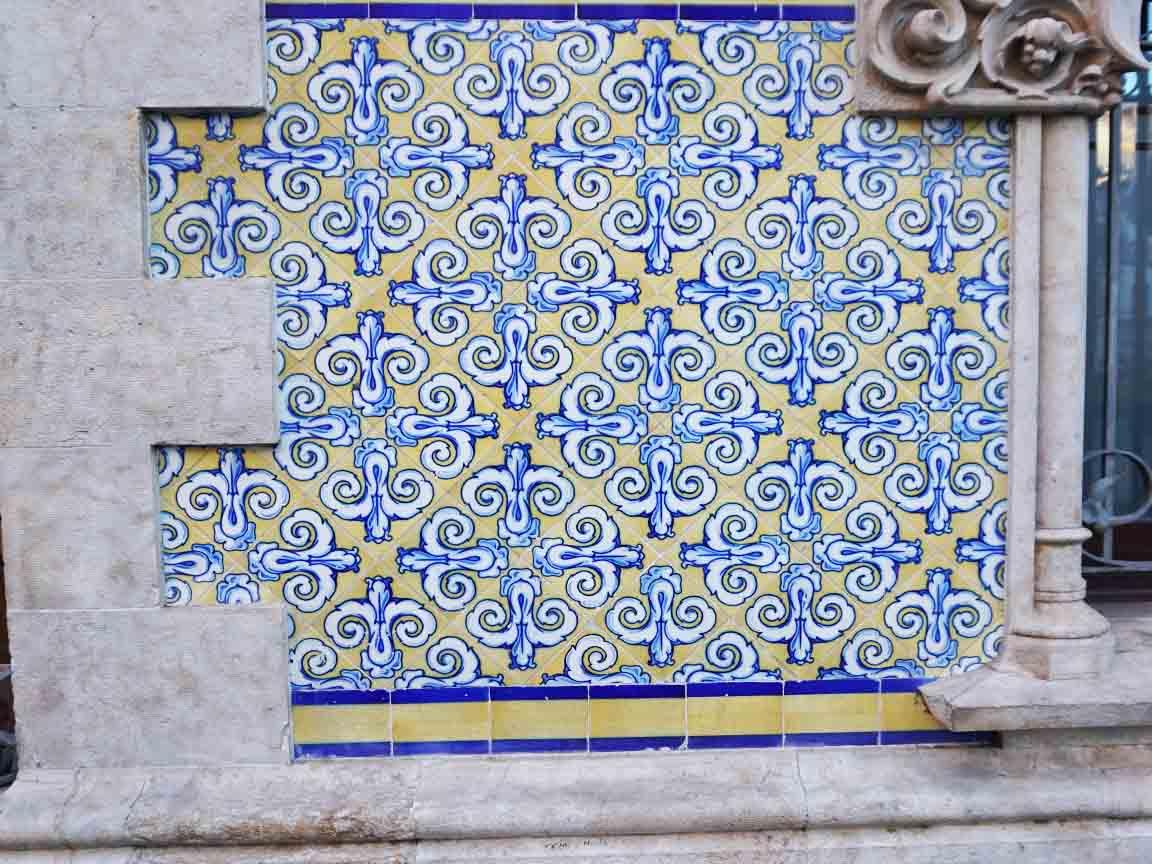 Maurische Wandfliesen an der Außenfassade der Markthalle in Valencia /Spanien
