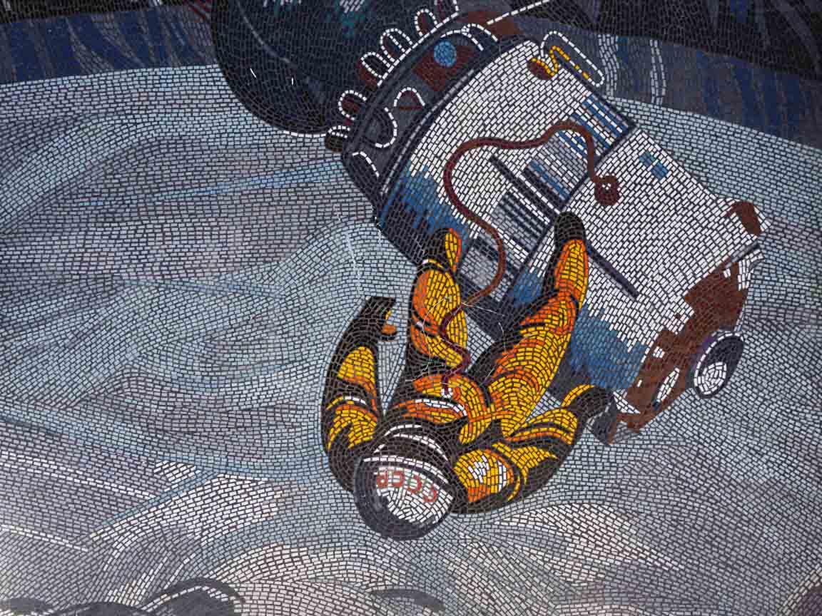 """DDR-Mosaik """"Der Mensch bezwingt in Kosmos"""" von Fritz Eisel an dem ehemaligen EDV-Zentrum in Potsdam"""