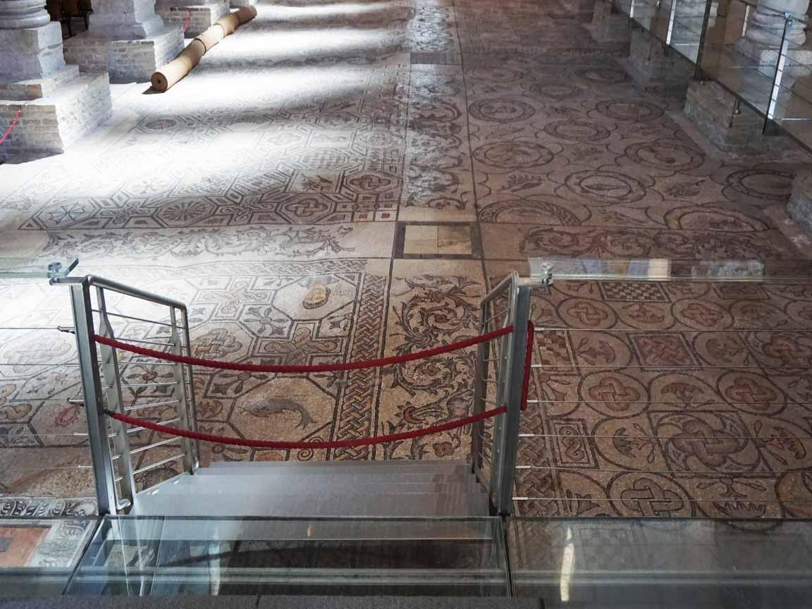 Römische Mosaike auf dem Fußboden der Basilika von Aquileia in Italien