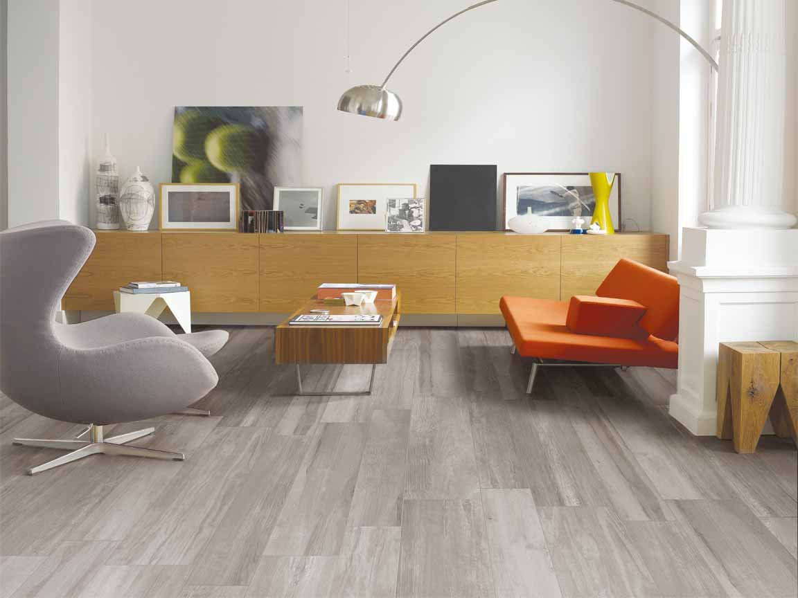 graue Holzoptik-Fliesen in einer modernen Wohnung