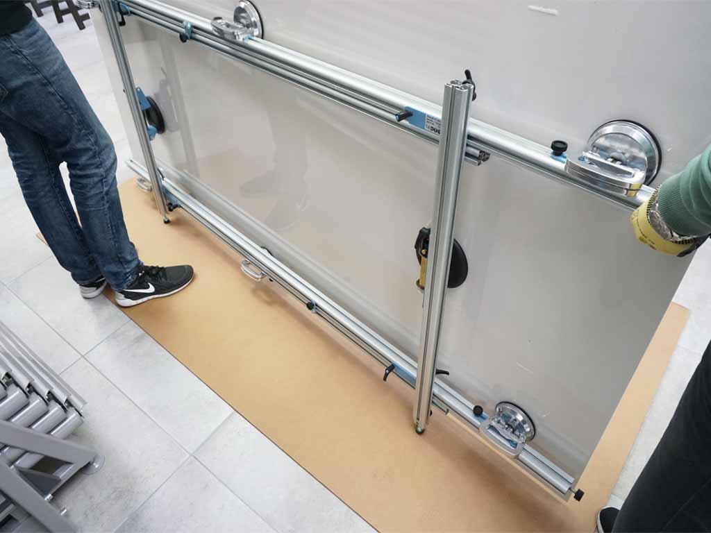 Mit diesem Tragegestell werden die XXL-Fliesen aus der Transportbox entnommen und zum Verleger getragen