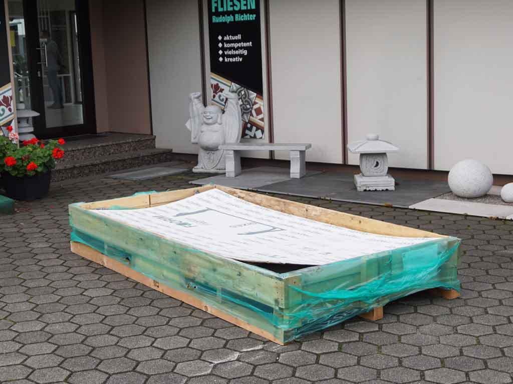 Die XXL-Fliesen werden in diesen Riesenkisten zur Baustelle geliefert