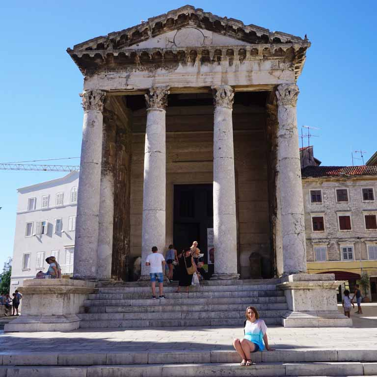 In der Antike wurden viele Bauwerke mit Marmor verziert (Augustus-Tempel in Pula/Kroatien)