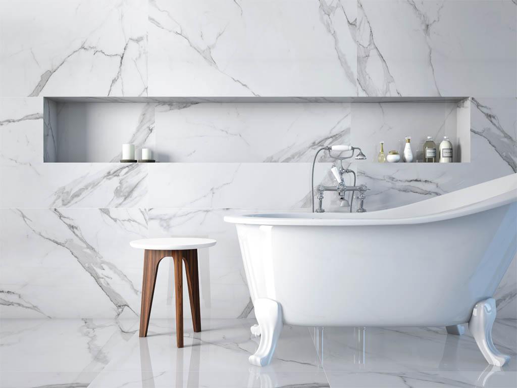 Pure Eleganz : poliertes Feinsteinzeug im Carrara-Style im Format 60x120cm