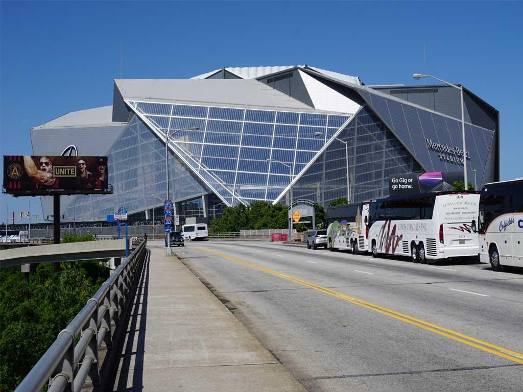 Das eindrucksvolle Mercedes Benz Stadion liegt in der Nähe vom Messegelände