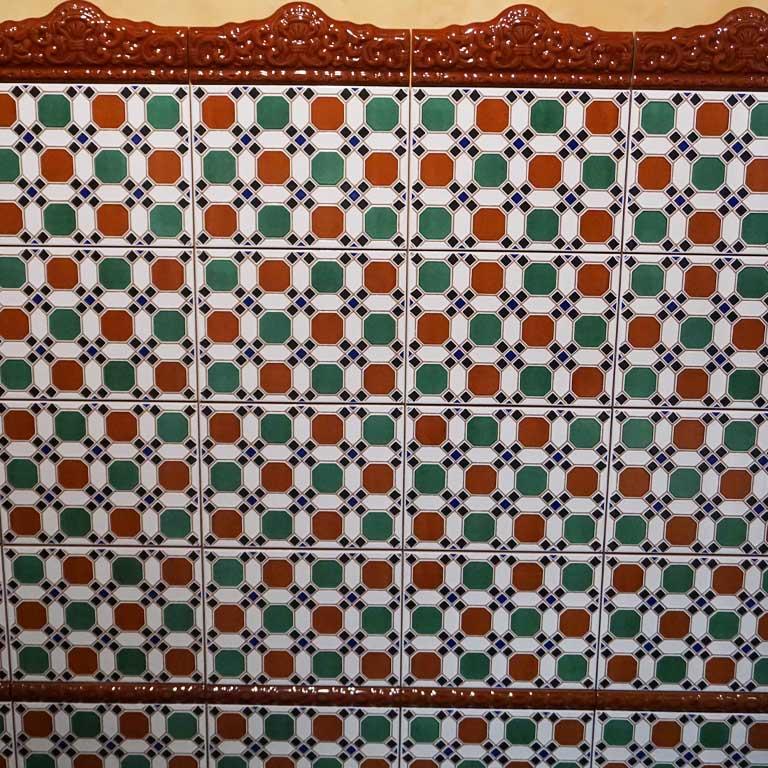 Wandfliesen mit den traditionellen Farben aus Spanien für den aktuellen Bohemian Style