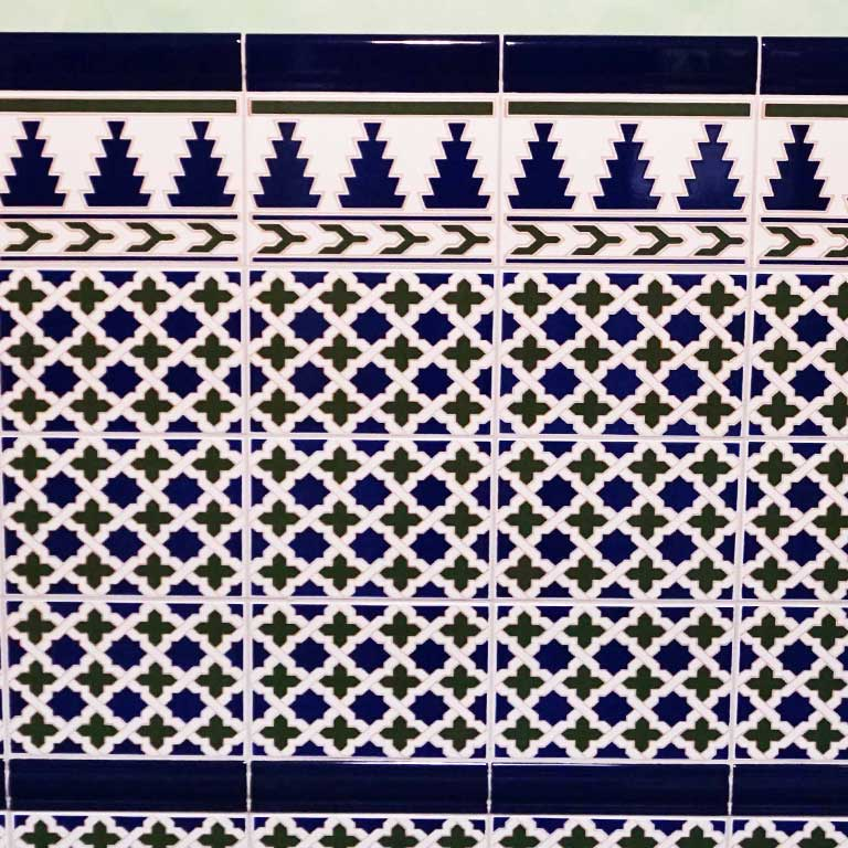 Auch Wandfliesen im traditionellen maurischen Design können ideal zu einer Boho-Einrichtung kombiniert werden