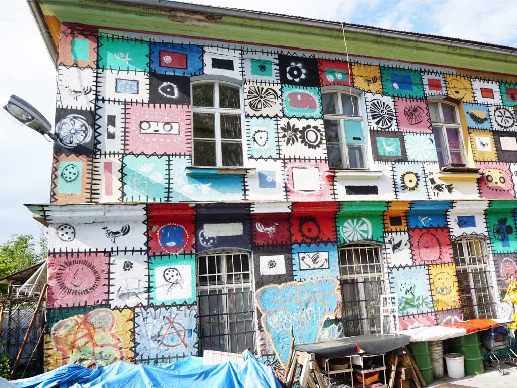 extrem Patchwork an einer Hauswand in Ljubljana in Slowenien