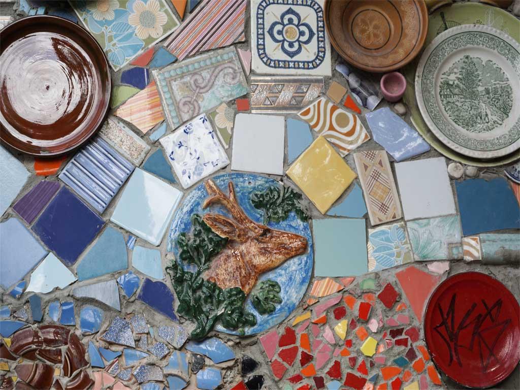 extrem Patchwork : Mosaik im Künstlerdistrikt Metelkova in Ljubljana / Slowenien