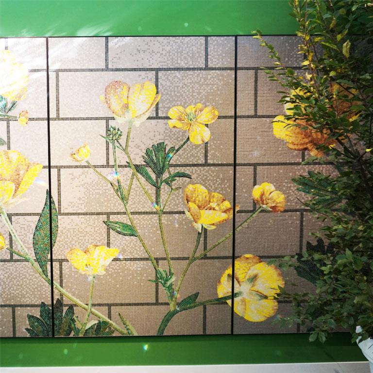 florale Dekorationen aus Glasmosaik waren bei Bisazza auf der Cersaie 2018 angesagt