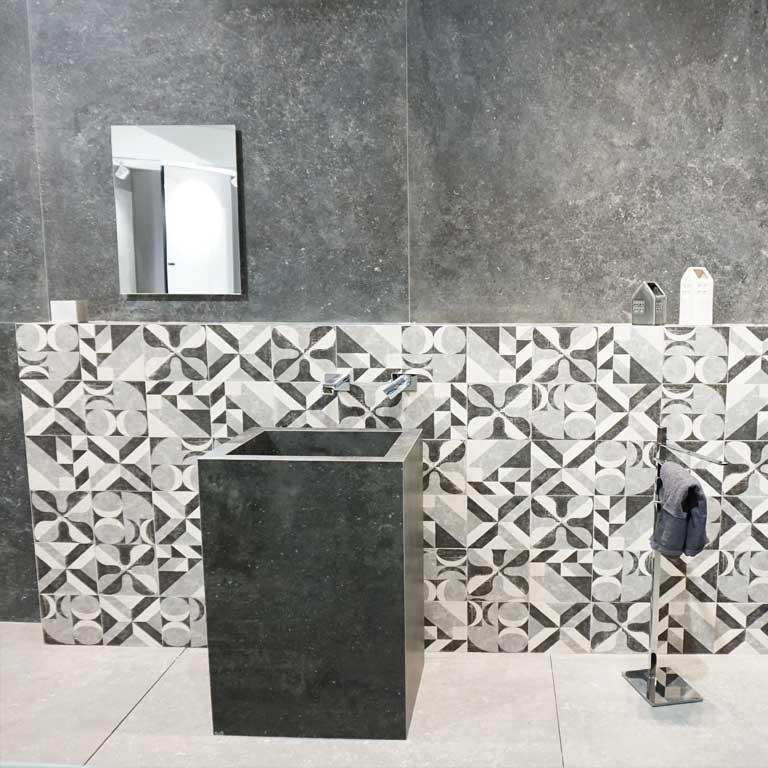 eine schwarze Limestone-Nachbildung wurde mit Patchwork-Dekoren kombiniert
