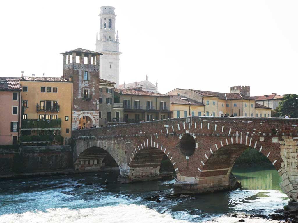 Die antike Brücke Ponte Pietra über dem Adigo in Verona