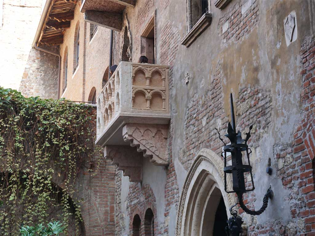 Der berühmte Balkon am Haus der Julia (Casa di Giulietta) in Verona