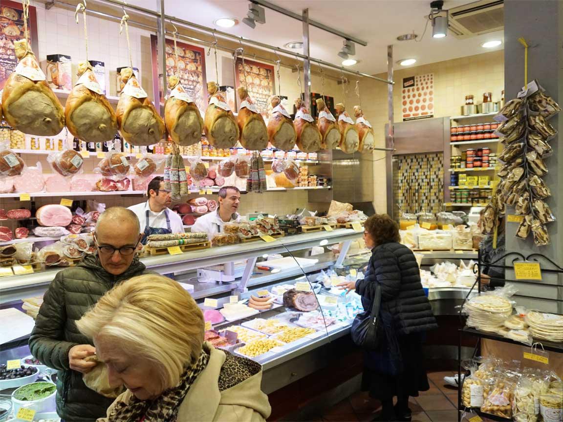 Feinkostladen in der Altstadt von Bologna