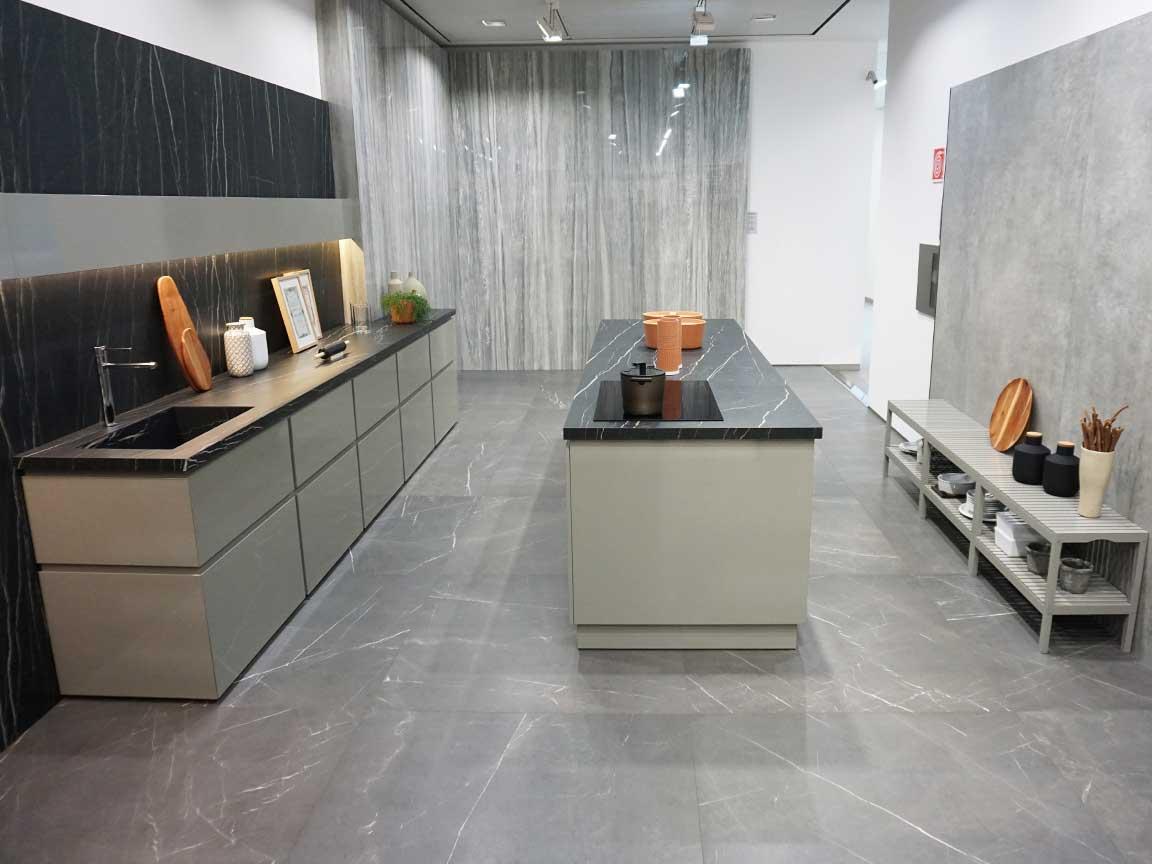 Eindrucksvolle Natursteinoptik in einer Küche in der Florim-Gallery