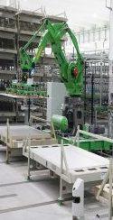 Roboter heben die schweren Tafeln im Fliesenwerk