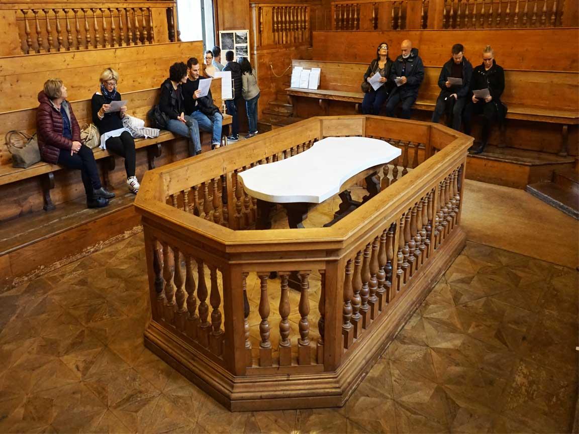 Seziertisch im Teatro Anatomico in der alten Universität von Bologna