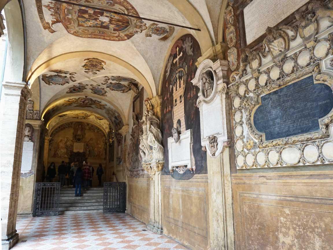 In den Gängen und Fluren vor den Hörsälen in der alten Universität von Bologna sieht man reich verzierte Familienwappen
