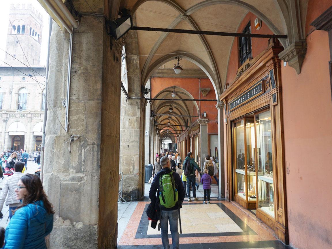 Unter den Arkaden in der Innenstadt von Bologna