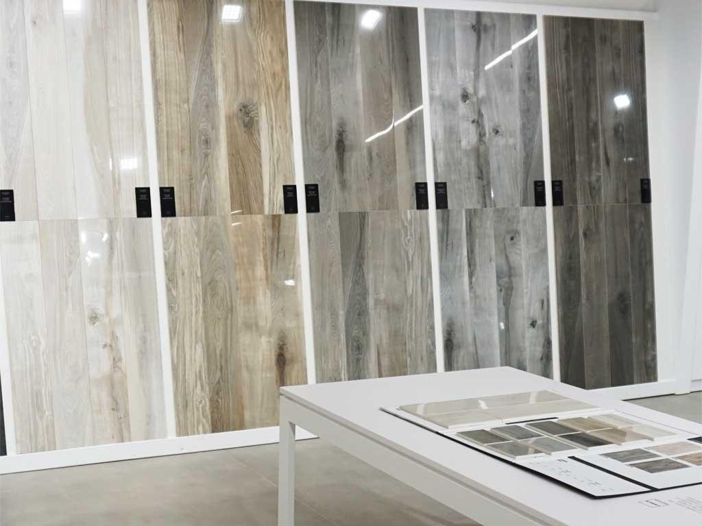 glänzende Oberflächen extrem : polierte Holzoptik-Fliesen