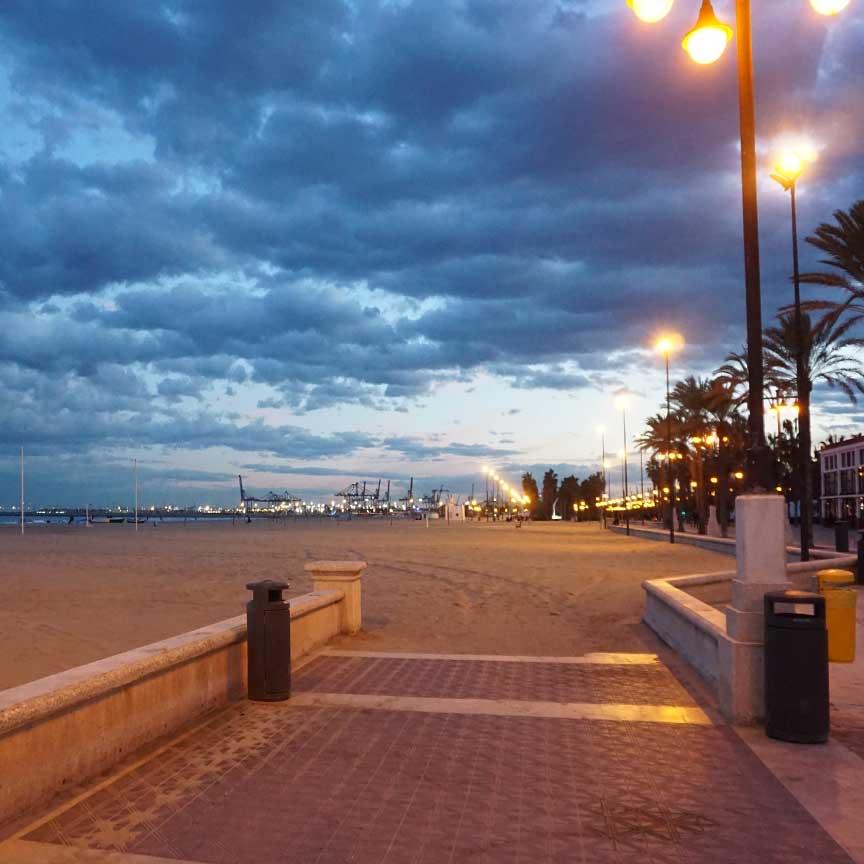 Am Stadtstrand von Malvarosa in Valencia