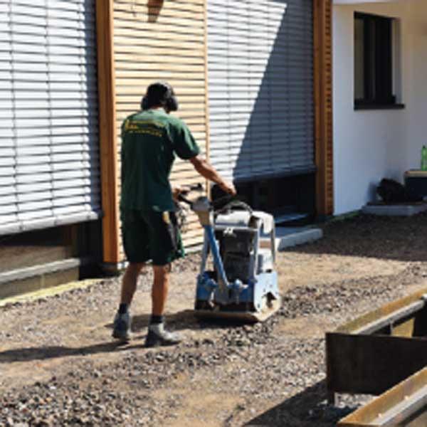Es ist wichtig beim Bau einer Terrasse darauf zu achten, dass der Untergrund gut verdichtet ist