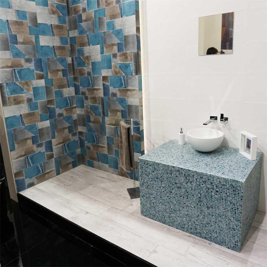 Wirklich ein Hingucker : Der blau-graue Duschbereich