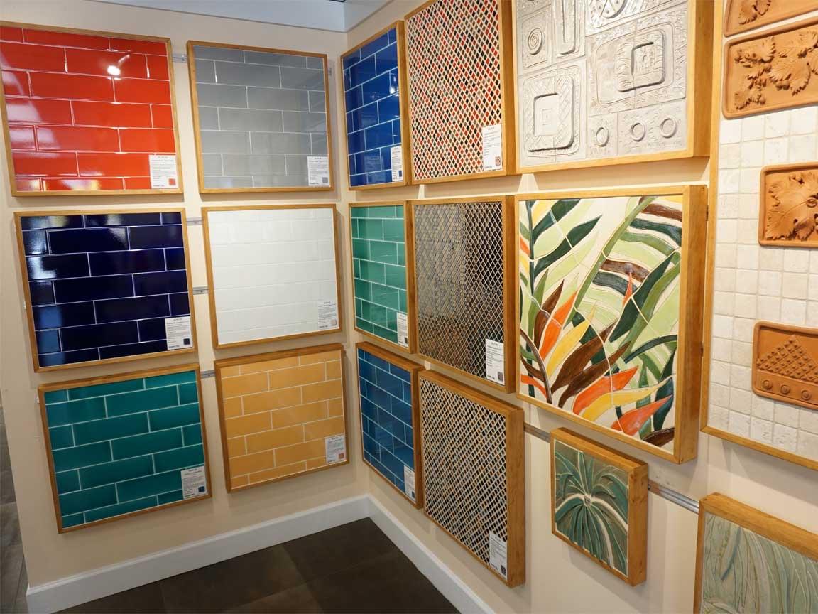 Metrofliesen in vielen Designs und Farben für jeden Geschmack (in einem Fliesen Showroom in Tampa)
