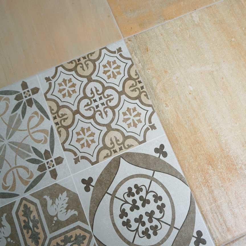Terracotta mit Patchworkfliesen dekoriert, ergibt eine wunderschöne Kombination [gezeigt in unserer Fliesenausstellung in Essen und Iserlohn]